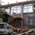 Pekerja beraktivitas di dekat gedung rawat inap RSUD dr. Soediran Mangun Sumarso Wonogiri yang baru setengah jadi, Senin (2/1/2017). (Rudi Hartono/JIBI/Solopos)