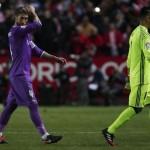 Ekspresi Sergio Ramos dan Keylor Navas setelah Real Madrid kalah. (JIBI/REUTERS/Jon Nazca)