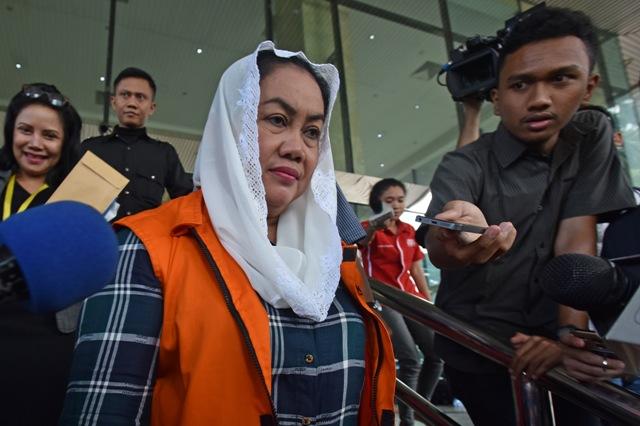 Bupati Klaten non aktif Sri Hartini meninggalkan Gedung KPK seusai menjalani pemeriksaan di Jakarta, Rabu (18/1/2017). (JIBI/Solopos/Antara/Wahyu Putro A)