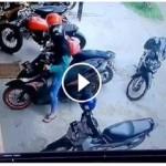 Video unik perempuan bingung keluarkan motor dari tempat parkir (Facebook)