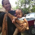 Aditya Setyawan, 9 bulan, digendong kerabatnya, Kamis (5/1/2017). (Aries Susanto/JIBI/Solopos)
