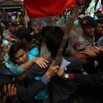 Mahasiswa dari berbagai universitas di Soloraya terlibat aksi dorong dengan polisi saat berunjuk rasa di depan Balai Kota Solo, Senin (9/1/2017). (Nicolous Irawan/JIBI/Solopos)