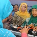 Menteri Sosial Khofifah Indar Parawansa (tengah) melihat warga menggunakan layanan e-warong di Kota Salatiga, Jateng, Selasa (17/1/2017). (JIBI/Solopos/Antara/Aloysius Jarot Nugroho)
