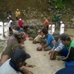 Warga Desa Bandung, Kecamatan Wonosegoro, Boyolali, bergotong-royong membangun jembatan darurat Bandung Kulon, Selasa (24/1/2017). (Hijriyah Al Wakhidah/JIBI/Solopos)