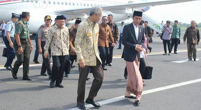 Gubernur Jateng Ganjar Pranowo menyambut Presiden Joko Widodo di Bandara Ahmad Yani, Kota Semarang, Jateng, Minggu (8/1/2017). (Facebook.com-Ganjar Pranowo)
