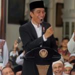 Presiden Jokowi (tengah) berbincang dengan santri disaksikan Ketua Jatman Habib Muhammad Luthfi bin Yahya (kiri) saat peringatan Maulid Nabi Muhammad SAW, di Pekalongan, Jateng, Minggu (8/1/2017). (JIBI/Solopos/Antara/Harviyan Perdana Putra)
