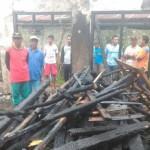 Warga dan sukarelawan berkerumun di rumah Ahmad Ariyanto, 33, warga Plalar, Tengklik, Tawangmangu, Karanganyar, yang ludes terbakar, Sabtu (21/1/2017) siang. (Istimewa)