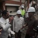 Direktur Jenderal Perdagangan Dalam Negeri Kemendag Oke Nurwan (kanan) disambut Wali Kota Solo F.X. Hadi Rudyatmo saat mengunjungi proyek pembangunan Pasar Klewer, Solo, Kamis (19/1/2017). (Sunaryo Haryo Bayu/JIBI/Solopos)