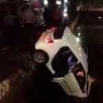 Mobil Toyota Agya terjun ke selokan tepi Jl. Priggading, Semarang Tengah, Kota Semarang, Jateng, Minggu (1/1/2017) dini hari. (Facebook.com-Purnomo Budi Setiyawan)