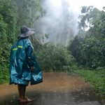 Warga melihat jalan yang tertutup tanah longsor dan pohon tumbang di Desa Pasekan, Ambarawa, Kabupaten Semarang, Jateng, Senin (16/1/2017). (JIBI/Solopos/Antara/Aditya Pradana Putra)