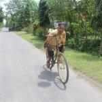 Rebo, 80, manusia tanpa tangan warga Jl. Glagah, RT 003/RW 003, Desa Sukorejo, Kecamatan Sukorejo, Kabupaten Ponorogo, mengayuh sepedanya menuju warung kopi di Desa Sukorejo, Rabu (4/1/2016). (Abdul Jalil/JIBI/Madiunpos.com)