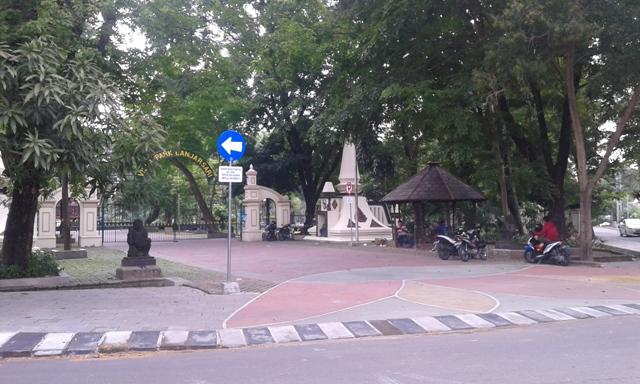 Kendaraan parkir di jalur pedestrian Taman Monjari, Kelurahan Setabelan, Banjarsari, Solo, yang merupakan kawasan steril kendaraan, Rabu (4/1/2017). (Irawan Sapto Adhi/JIBI/Solopos)