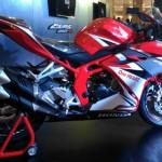 Pengunjung melihat-lihat All New Honda CBR250RR dalam public launching di Hartono Mall, Sleman, Minggu (29/1/2017). (Harian Jogja/Kusnul Isti Qomah)