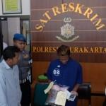 Polresta Solo menangkap Luis David Effendi, 23 (tengah), pelaku pencabulan terhadap ABG, Senin (30/1/2017). (Muhammad Ismail/JIBI/Solopos)