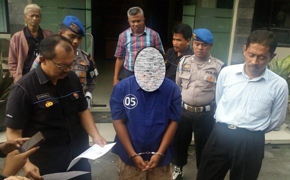 Polisi mengungkap tersangka kasus pencabulan ABG, GBP, 18, (tengah) di Mapolresta Solo, Selasa (10/1/2017). (Muhammad Ismail/JIBI/Solopos)
