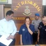Niken Erlina Siswanti, 47 (tengah), yang ditangkap Polresta Solo dalam kasus pencurian Senin (9/1/2017), ditunjukkan kepada wartawan di Mapolresta Solo, Rabu (11/1/2017). (Muhammad Ismail/JIBI/Solopos)