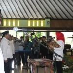 Pelaksana Tugas Bupati Klaten, Sri Mulyani, membacakan sumpah janji diikuti ratusan pejabat saat pengukuhan di Pendapa Pemkab Klaten, Kamis (12/1/2017). (Taufiq Sidik Prakoso/JIBI/Solopos)