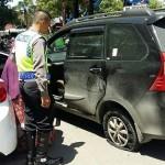 Polisi anggota Satlantas Polres Grobogan hendak mengantar Nunung yang merasa akan dirampok, Rabu (11/1/2017). (Instagram-@satlantasgrobogan)