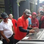Wali Kota Solo F.X. Hadi Rudyatmo menandatangani prasasti peresmian Rumah Deret III di Ketelan, Banjarsari, Solo, Jumat (13/1/2017) pagi. (Irawan Sapto Adhi/JIBI/Solopos)