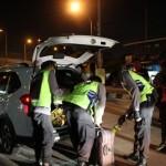 Anggota Polres Karanganyar memeriksa mobil saat razia di Palur, Jaten, Jumat (30/12/2016) malam. (Sri Sumi Handayani/JIBI/Solopos)