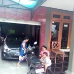 Angota keluarga Sukarno alias Bekur duduk di depan rumah mereka di Kradenan, Trucuk, Klaten, Sabtu (31/12/2016). (Ponco Suseno/JIBI/Solopos)