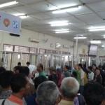 Ratusan warga rela mengantri untuk mengurus pembayaran pajak kendaraan bermotor di Samsat Sleman, Kamis (5/1/2017). (Abdul Hamid Razak/JIBI/Harian Jogja)