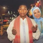 "INSTAGRAM ARTIS : Foto Bareng Dewi Sandra, ""Pharrell Williams"" Pakai Baju Koko"