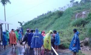 Puluhan sukarelawan dan warga membersihkan material longsor yang menutup jalan di Bongklo, Jenawi, Karanganyar, Senin (27/2/2017) sore. (JIBI/Solopos/Istimewa)