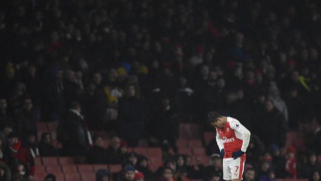 Striker Arsenal, Alexis Sanchez tertunduk saat timnya dikalahkan Watford 1-2, Senin (1/2/2017) dinihari WIB. (JIBI/Reuters/Dylan Martinez)