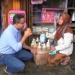 Minum Jamu di Emperan Toko, Anies Baswedan Bikin Kagum Netizen