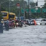 Kendaraan menerobos banjir di Jl. Gunung Sahari Raya, Jakarta, Selasa (21/2/2017). (JIBI/Solopos/Antara/Aprillio Akbar)