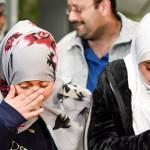 Eman Ali (kiri) terharu saat bertemu dengan Salma Ali (kanan) di Bandara Internasional San Francisco, Amerika Serikat (Daily Mail)