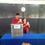 PILKADA SALATIGA : Rudi dan Keluarga Kompak Berbatik Merah ke TPS