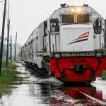 Ilustrasi kereta api menembus wilayah banjir. (JIBI/Solopos/Dok.)