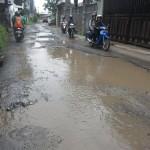 """Penuh Kubangan, Jalan Dekat Kampung Jokowi Dilabeli """"Wisata Seribu Lubang"""""""