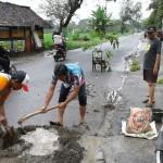 Lapor Pemkab Tak Jua Direspons, Warga Karangdowo Tambal Jalan Rusak Klaten