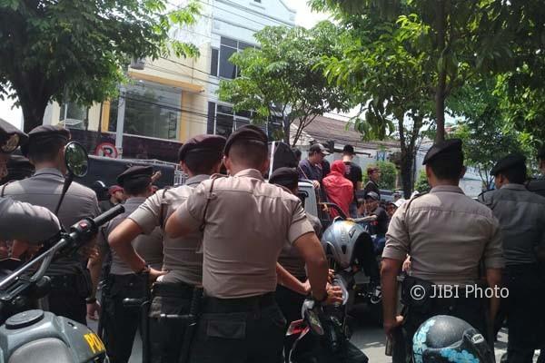 Polisi berjaga di depan KPU Kota Jogja, saat ratusan pendukung IP-AF menggerudug, Rabu (22/2/2017). (Bhekti Suryani/JIBI/Harian Jogja)