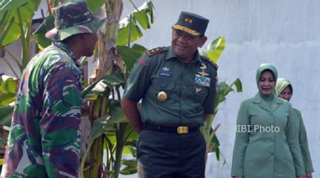 Pangdam IV Diponegoro Mayjen TNI Jaswandi bercengkerama dengan prajuritnya. (Kodam4.mil.id)