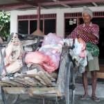 KISAH INSPIRATIF : Sisihkan Rezeki, Kakek Pemulung Ini Tambal Jalan Rusak Sragen
