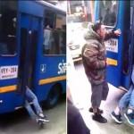 Pencopet terjepit di pintu bus. (Istimewa/Youtube)