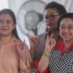 Ketua Umum PDIP Megawati Soekarnoputri bersama Menteri PMK Puan Maharani saat menggunakan hak pilih, di Jakarta, Rabu (15/2/2017). (JIBI/Solopos/Antara/Muhammad Adimaja)