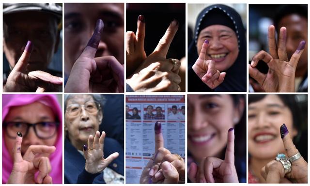 Foto kombo warga menunjukkan jari seusai mencoblos pada pilkada DKI Jakarta di Jakarta, Rabu (15/2/2017). (JIBI/Solopos/Antara/Wahyu Putro A)
