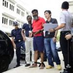Rasheed Muhammad (baju merah) bersama tim penyidik (Straitstimes)