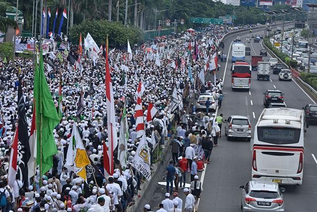 Peserta aksi 212 di depan Kompleks Parlemen Senayan, Jakarta, Selasa (21/2/2017). (JIBI/Solopos/Antara/Wahyu Putro A)