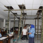 INFRASTRUKTUR KARANGANYAR : Nyaris Runtuh, Atap Kantor Disparpora Disangga 12 Bambu