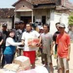 Anggota MIK Semar dan anggota komunitas lain menyerahkan bantuan kepada korban banjir di Perumahan Dinar Indah, Meteseh, Tembalang, Kota Semarang, Jateng, Minggu (19/2/2017). (Facebook.com-Purnomo Bae Demos Qradle)