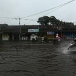 BERITA FOTO : Hujan Deras Bikin Jl. Museum Sriwedari Solo Mirip Sungai
