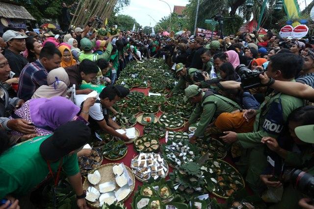 Warga berebut jenang gratis pada Festival Jenang Solo (FJS) 2017 di Ngarsopuro, Solo, Jumat (17/2/2017). (Nicolous Irawan/JIBI/Solopos)