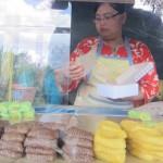 Seorang penjual menjajakan getuk Yoko di Jl. Ceper-Pedan, Kamis (23/2/217). Getuk Yoko dijual setiap hari kecuali Senin Wage, pukul 09.00 WIB-17.00 WIB. (Ponco Suseno/JIBI/Solopos)