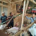 Polisi bersama warga, Kamis (2/2/2017) pagi, memperbaiki rumah Sukarlan, 43, warga Sawahan RT 005/RW 003, Desa/Kecamatan Karangpandan, Karanganyar, yang rusak diterjang longsor. (Istimewa/Dokumentasi Polsek Karangpandan)